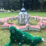 Strašidlo u modelu v parku miniatur