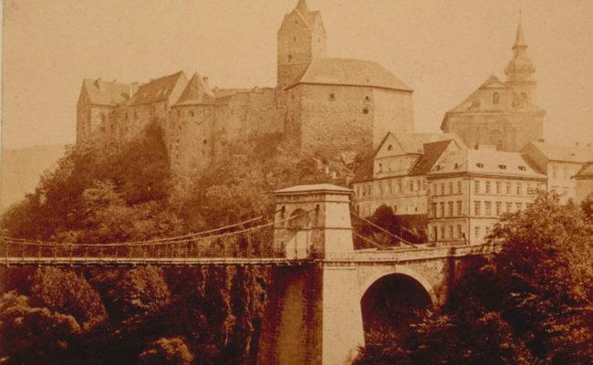 Historická fotografie mostu s hradem